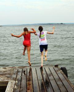 mod-hoppar-fran-brygga